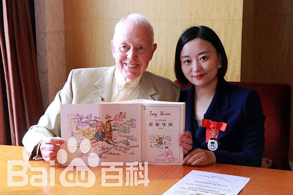 在新加坡举办的2016世界思维导图大赛比赛中,中国大陆首位女性思维导图英国官方注册导师刘艳获得冠军