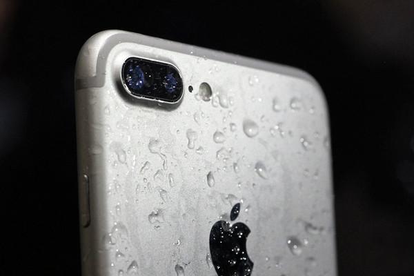 使用spudger的尖端或指甲断开前面板上的传感器组件连接器。